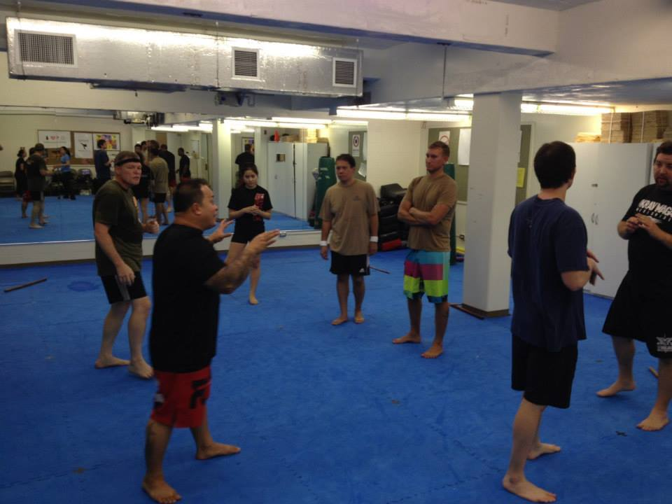 hawaii-krav-maga_self-defense_gallery_sticks-and-knives_08
