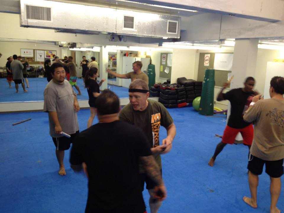 hawaii-krav-maga_self-defense_gallery_sticks-and-knives_09