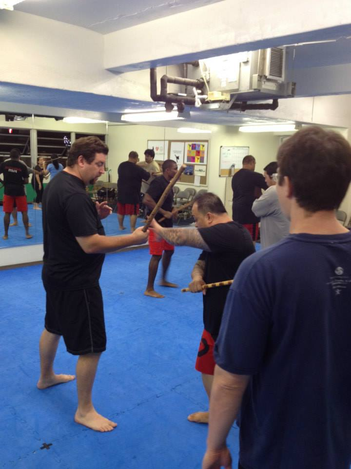 hawaii-krav-maga_self-defense_gallery_sticks-and-knives_12
